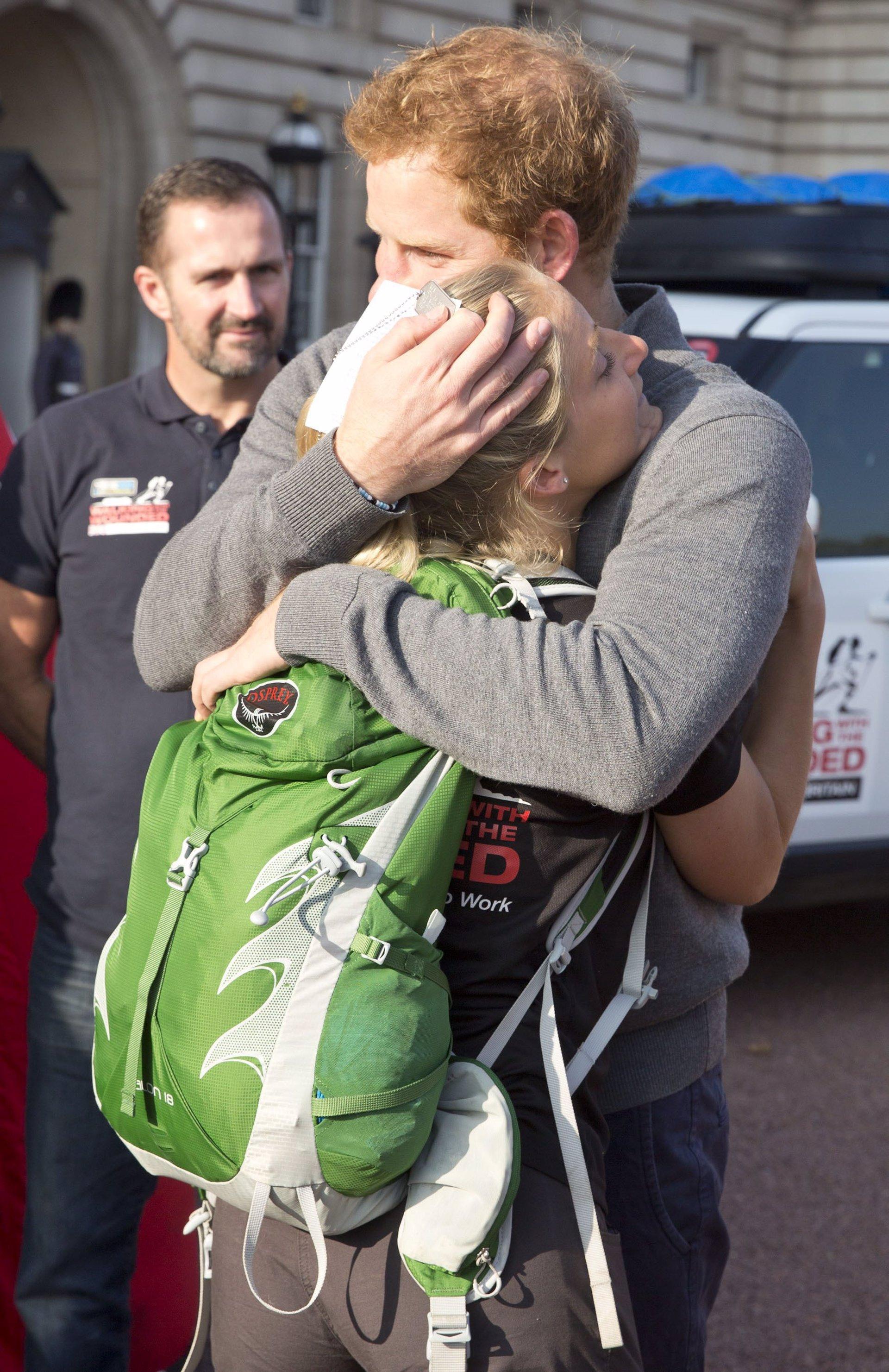 El príncipe Harry muy emocionado abraza a Kristie Ennis