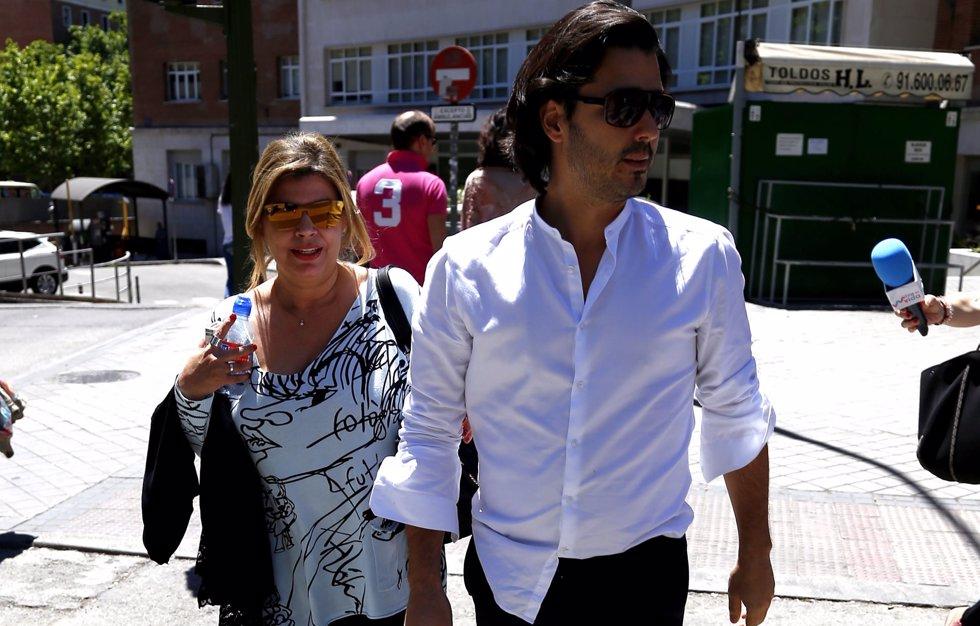 Maximilano, hijo de Bigote Arrocet, visita a María Teresa Campos en el hospital