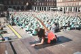 Lauren Imparato impartiendo clase de yoga en la Plaza Mayor de Madrid