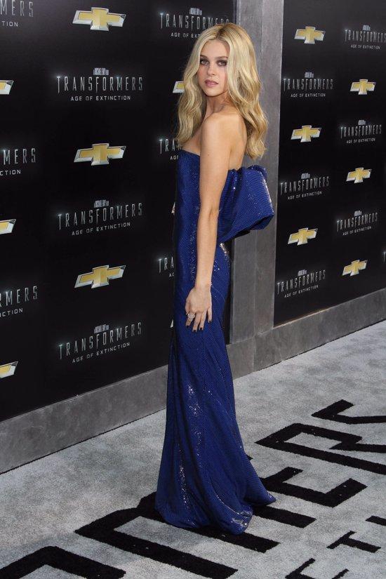 Nicola Peltz en Transformer Nueva York vestido azul