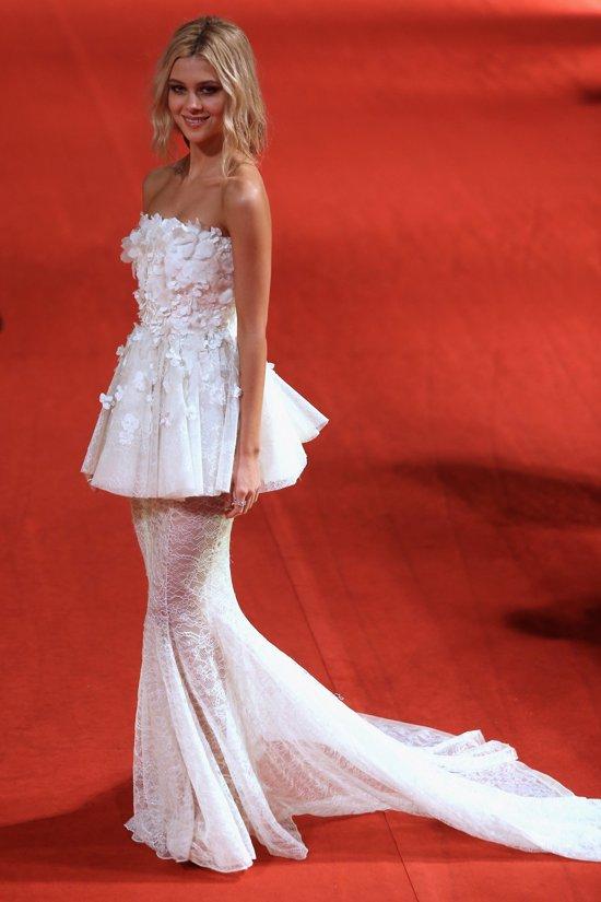 Nicola Peltz Shanghai vestido dos faldas