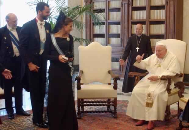 Letizia y Felipe en 2004 tras su boda, fueron recibidos por el Papa Juan Pablo II. Letizia sonríe al pontífice que les despide de los más cariñoso