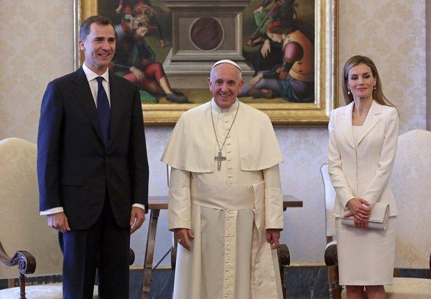 Los Reyes recibidos por el Papa Francisco el pasado 30 de junio de 2014, Letizia eligió un traje sencillo blanco