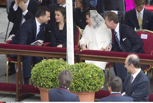 Los Príncipes Felipe y Letizia conversamente animadamente con los Grandes Duques de Luxemburgo. Las damas van con mantilla. Letizia de negro y Maria Teresa de blanco