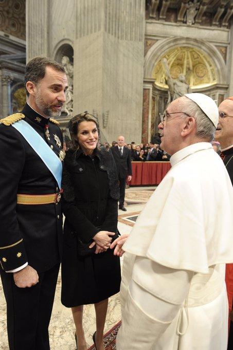 Los Príncipes Felipe y Letizia saludan cariñosamente al Papa Francisco el día de su primera misa. Los tres sonríen