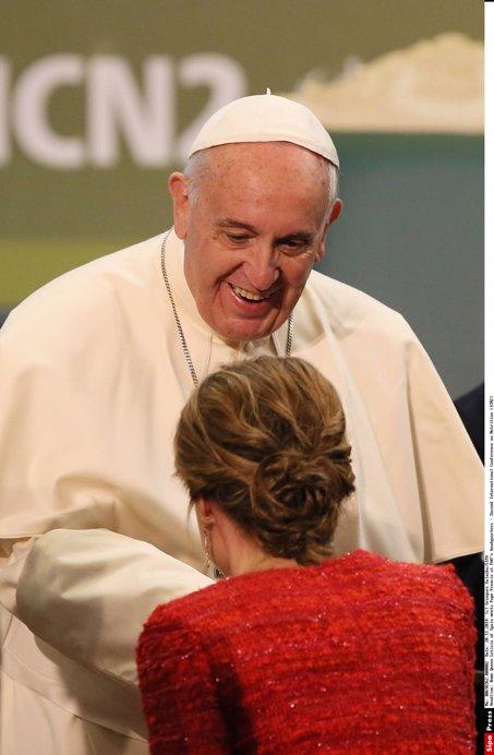 La Reina Letizia de España, saluda con reverencia y besamanos al Papa Francisco al encontrarse en la FAO