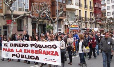 Foto: Casi un millar de personas se manifiestan a favor de la escuela pública y contra los recortes en educación (EUROPA PRESS)