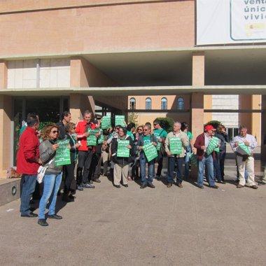 Foto: Alrededor de 40 personas se han manifestado frente a la Consejería de Educación durante una reunión del consejero (EUROPA PRESS)