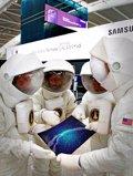 Microsoft 'trolea' a Samsung en la Terminal Galaxy S5 de Londres