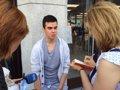 Este joven ha iniciado la cola de la Apple Store Puerta del Sol