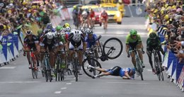 Foto: Trentin sorprende a Sagan en un final accidentado final en Nancy (REUTERS)