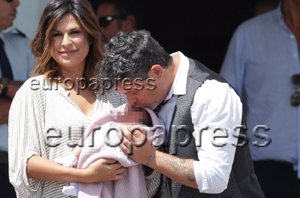 Foto: Raquel Perera sale del hospital con Alma (EUROPA PRESS)