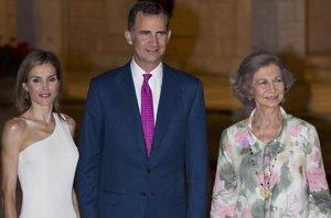 """Foto: Los Reyes Felipe y Letizia se """"pasan"""" al cóctel en su primera recepción en Mallorca (RAÚL TERREL )"""