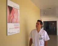 Un profesional sanitario contempla la cartelería instalada