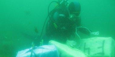 Foto: Recuperan 1.667 kilos de hachís fondeados en el mar en Algeciras (EUROPA PRESS/GUARDIA CIVIL)
