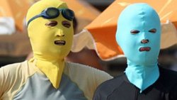 Foto: En China no quieren estar morenos y han inventado el facekini (FASHIONBY HE/FLICKR)
