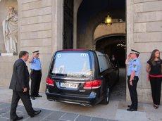 Foto: El fèretre de Peret arriba a l'Ajuntament de Barcelona (EUROPA PRESS)