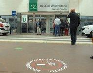 Señalización en el suelo que recuerda prohibido fumar tabaco en el hospital