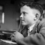 Un niño estudiante alemán estudia en el colegio