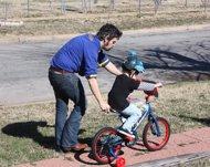 Niño aprendiendo a montar en bicicleta