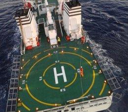 Foto: El helicoptero del 112 evacua a un enfermo del buque Juan de la Cosa (112)
