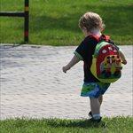 Niño de camino al colegio