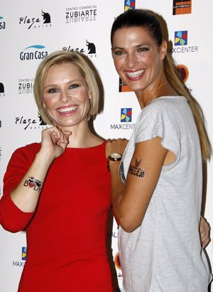 Foto: Laura Sánchez y Soraya Arnelas se 'tatúan' contra el cáncer de piel (EUROPA PRESS)