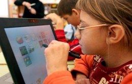 Foto: Un total de 3.000 alumnos de 5º y 6º de Primaria utilizan tabletas electrónicas en sustitución de libros de texto (GVA)