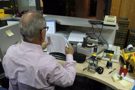 Foto: El 33% de los trabajadores españoles padece problemas de audición y el 52% de visión (EUROPA PRESS)