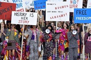 Foto: Chanel: Karl Lagerfeld, su particular protesta feminista en París (GETTY)