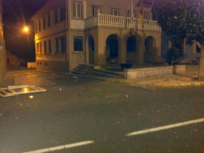 Foto: Un atentado causa importantes daños en el Ayuntamiento de Baralla (LUGO/EUROPA PRESS)