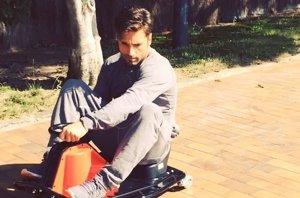 Foto: David Bustamante, como un crío, disfruta de su mini coche (INSTAGRAM )