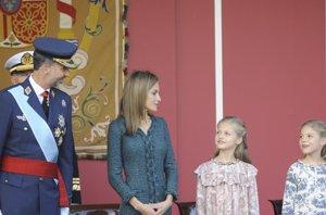Foto: Don Felipe y Doña Letizia, junto a sus hijas, la tierna mirada de la complicidad (RICARDO GARCIA)