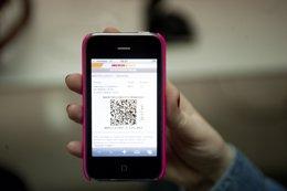 Foto: El 66% de los españoles prefiere la tarjeta de embarque impresa antes que la digital (IBERIA)