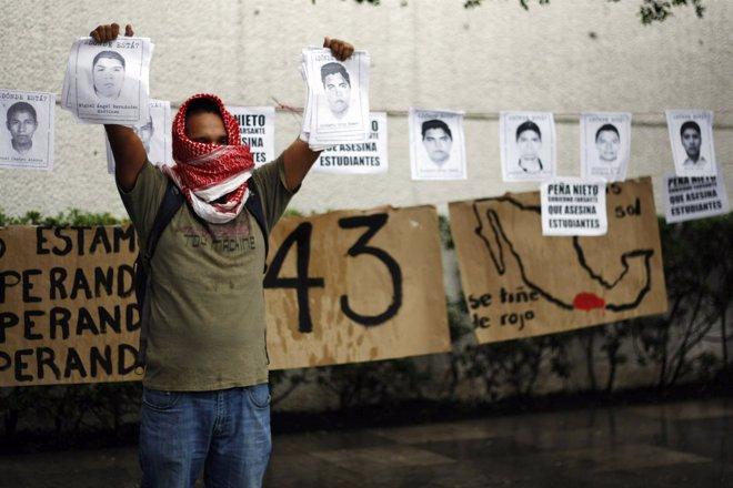 Foto: Estudiantes claman justicia por los 43 normalistas desparecidos en Iguala (REUTERS)