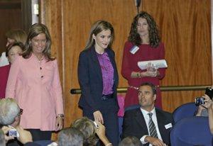 Foto: La Reina Letizia tiene duende... todo el mundo quiere una foto (ANTONIO GUTIERREZ HERGUEDAS)