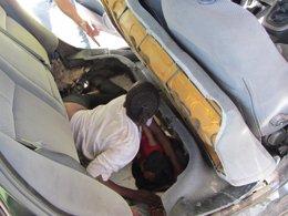 Foto: Rescatan en la frontera de Ceuta a dos adultos y un bebé guineanos ocultos en un coche (EUROPA PRESS/GUARDIA CIVIL)