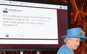 Foto: La reina Isabel II, insultada tras su estreno en Twitter (CHRIS JACKSON)