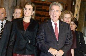 Foto: Letizia apuesta por vestido de cuero burdeos de Boss para Velázquez (CORDON PRESS)