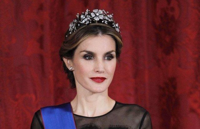 Foto: Letizia hace un guiño a Doña Sofía en su primera cena de gala como Reina (JOSE LUIS CUESTA)