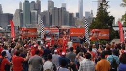 Foto: Banco Santander sorprende a Fernando Alonso con un 'flashmob' en Nueva York (BANCO SANTANDER)