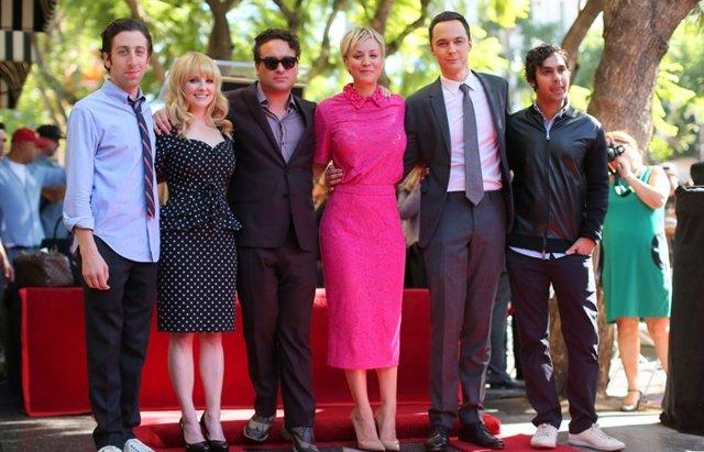 Foto: 'The Big Bang Theory' arropa a Kaley Cuoco y a su Estrella de la Fama (GETTY)