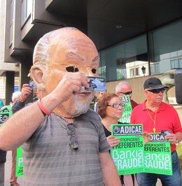 """Foto: ADICAE treu una targeta 'black' davant de la seu central de Bankia per a demanar el final dels """"abusos"""" de la banca (EUROPA PRESS)"""