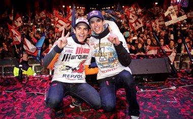Foto: Cervera se rinde a sus campeones Marc y Àlex Márquez (TEAM ESTRELLA GALICIA 0,0)