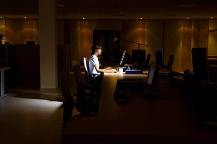 Foto: Trabajar de noche aumenta el riesgo de engordar (GETTY//MOODBOARD)
