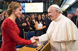 Foto: Letizia, de negro, de blanco y de rojo... ante el Papa Francisco (CORDON-GETTY-EUROPA PRESS)