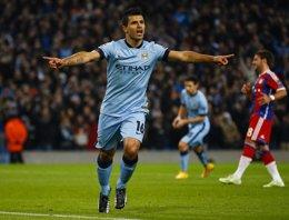 Foto: El 'Kun' da la vida al Manchester City (DARREN STAPLES / REUTERS)