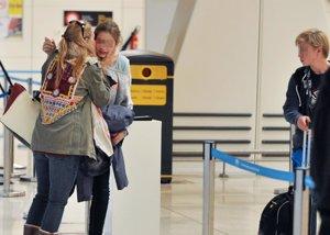 Foto: Genoveva despide emocionada a sus hijos que regresan a su internado (JOSÉ OLIVA )