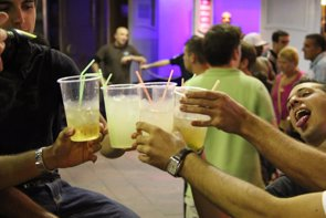 Foto: Uno de cada tres españoles quiere normas más severas frente al consumo de alcohol (EUROPA PRESS)