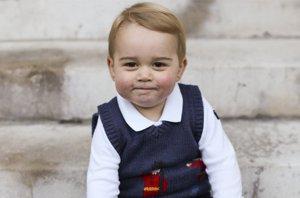 Foto: El posado navideño del pequeño príncipe Jorge (CORDON PRESS A TRAVÉS DE LA CASA REAL BRITÁNICA)